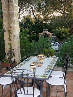 L'appartamento dispone anche di una veranda dove poter cenare o rilassarsi all'ombra del portico.