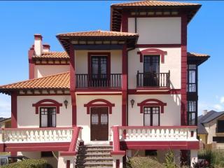 Stunning villa minutes from beach, Bárcena de Cicero