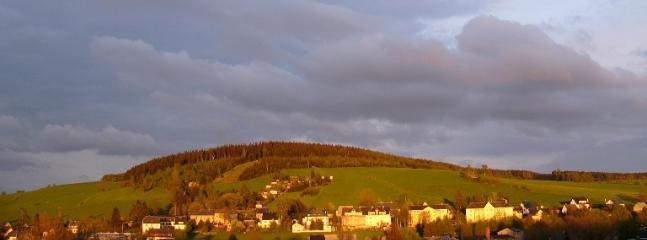 Blick von der Unterkunft auf den Schießberg. Im Winter mit Skilift
