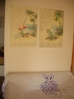 quadri nel soggiorno sopra il divano