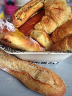 Les viennoiseries et le pain sont a deux pas / Bakery for croissant and bread are close to the house