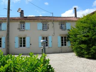 Cosy French longere, private pool and gardens, La Chataigneraie