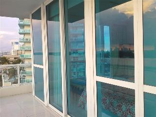 The Cosmopolitan South Beach 2/2 AMAZING Views/ Large Balcony/Pool/Gym/Pkg & Valet Pkg, Miami Beach