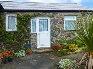 SARAH MAY'S COTTAGE, cosy cottage, WiFi, open plan living, off road parking, garden, in Helston, Ref 914398