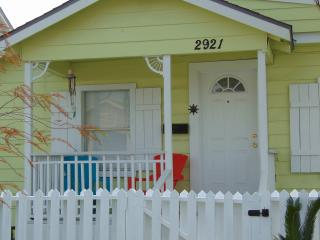 Beachwalk Paradise Adorable Bungalow, Galveston