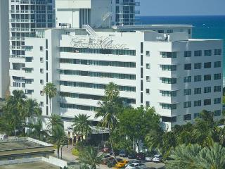 Renovated Ocean front studio Sleeps 4, on the beach, 10 min from South beach
