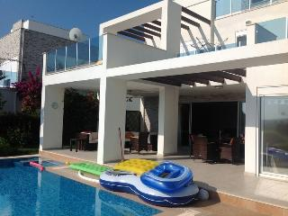 Stunning mountain view 4 bed villa private pool, Side