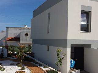 Casa de praia moderna com jardim acolhedor, Porches