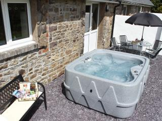 Cottage with hot tub in Western Brecon Beacons