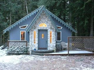 #60 - The Enchanted Cottage with a hot tub + wifi, Glacier