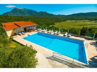 House Krnici with a olimpic pool, sauna, jacuzzi, Omis