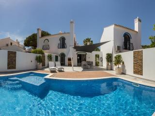 Dunas Douradas Villa: heated pool with kids section, walk to beach, nature views