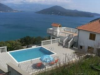 Villa T: 2bedroom Apt with shared pool & stunning sea-views, Herceg-Novi