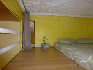 mezzanine avec grande ouverture sur séjour. Intimité grace à un grand rideau opaque.