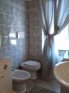 bagno con tutti i servizi igienici e fornitura di asciugamani in camera