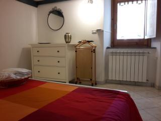 Camera da letto. Letto matrimoniale 2 posti con possibile letto aggiunto o culla.