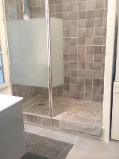 Salle de Bain avec grande douche à l'Italienne. Lave linge et Sèche linge.