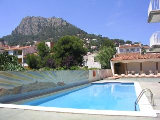 Apartamento piscina y parquing.  Cerca playa.