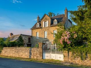8 bed luxury farmhouse with heated pool, hot tub, Estaing
