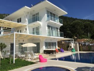 Stunning Luxury Villa: White Elegance-Oludeniz, Turkey (Enquire for Discounts)