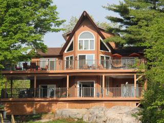 Beautiful Lakefront Cottage on Bobs Lake, Maberly