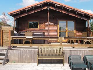 Beautiful Lakeside Log Cabin inc Hot Tub, Sleeps 6, Tattershall