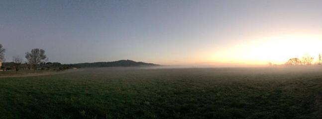 Vue au lever de soleil dans la brume