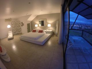 Casa Cristal: EIGHT BEDROOM POOL MANSION, Escazu
