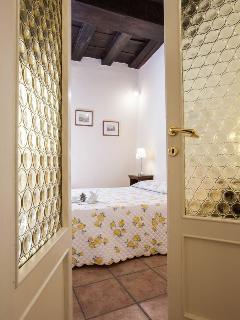 camera da letto attraverso la porta