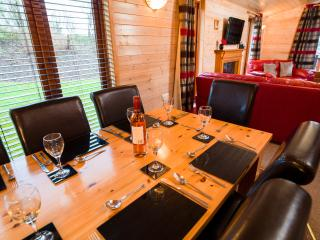 Large, luxurious 4 bedroom lodge & hot tub sleep 8, Blairgowrie