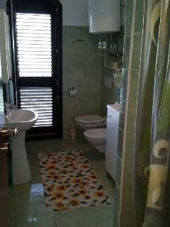 Bagno con doccia, lavatrice ed asciugacapelli