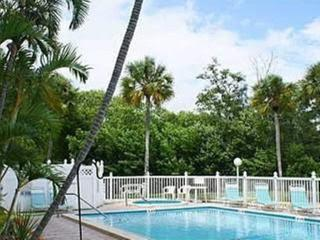 Epic Direct Panaroma Waterfront, Step to Beach, Heated Pool,Hot Tub,Private Dock