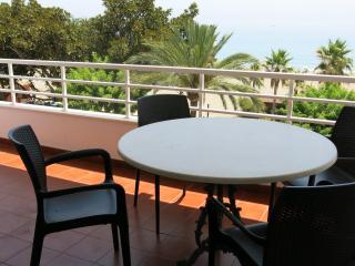 Amplia terraza con vista frontal de la playa de La Rada
