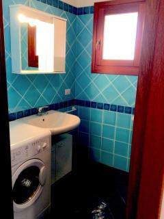 Bathroom (with washing machine)