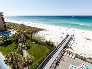 WE 210: UPDATED beachfront condo,WiFi,balcony,pool,FREE beach chairs,