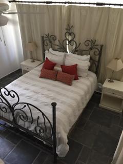 Upstairs Suite (Queen Bed)