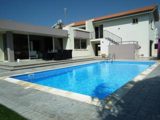Near the beach luxury villa with private pool, Pervolia