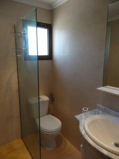En suite shower room to lower bedroom