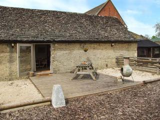 BULL PEN, shared swimming pool, off road parking, decked patio, in Lechlade-on-Thames near Cirencester, Ref 31093