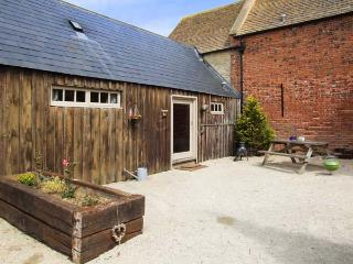 SHEPHERD'S REST, shared swimming pool, off road parking, gravel garden, in