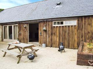 THE SMYTHY, barn conversion, parking, shared courtyard and swimming pool, near Lechlade-on-Thames and Cirencester, Ref 31097