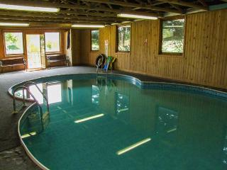 BULL PEN, shared swimming pool, off road parking, decked patio, in Lechlade-on-T