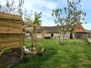 THE SMYTHY, barn conversion, parking, shared courtyard and swimming pool, near L
