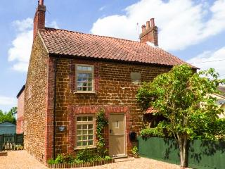 MULBERRY COTTAGE woodburning stove, pet-friendly, close to coast in Snettisham Ref 905938