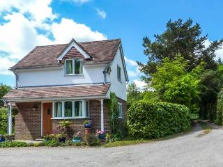 WOOD GLEN COTTAGE, romantic, woodburner, enclosed garden, WiFi, near Heathfield, Ref 920524