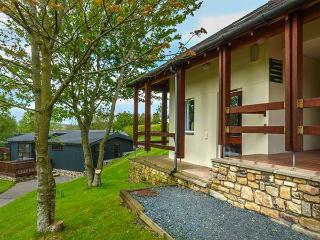 TREE TOPS, pet-friendly flat with en-suite, patio, holiday park setting near Kirkby Lonsdale, Ref 922791