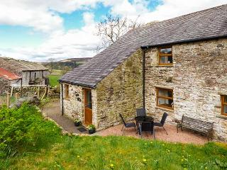 THE HAYLOFT, open fire, flexible sleeping, pet-friendly cottage near Alston, Ref. 923575