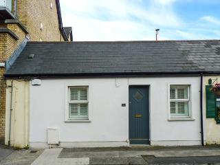 BROOKLANDS, ground floor, woodburner, shop and pub 1 min walk, marina 5 mins walk, in Malahide, Ref 924011
