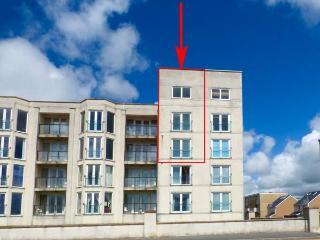 THE PENTHOUSE-PWLLHELI, sea views, off road parking, en-suites, pet-friendly apartment in Pwllheli, Ref. 14782