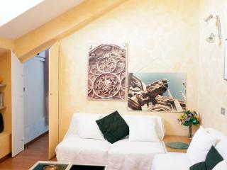 Milanese Casa w/ Watercolour Walls, by Flatbook, Milán